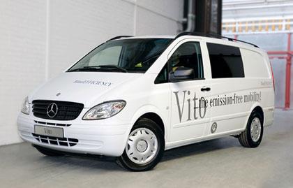 imagen frontal de la Mercedes Vito eléctrica, aparcada