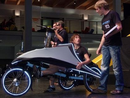 imagen del triciclo eléctrico Klimax, junto a su creador