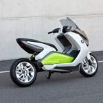 imagen lateral del scooter elctrico de BMW, la E Scooter Concept, con su basculante monobrazo, caracteristico de BMW.