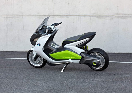 imagen donde vemos la BMW E-Scooter, apoyada sobre la pata de cabra.