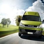 Render del Iveco Daily 35s Furgon Électrico circulando por una carretera, con un prado verde