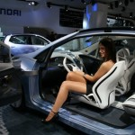 Imagen de una chica dentro del Hyundai Blue-Will Concept, dejando ver el detalle de las puertas traseras, que se abren hacia detràs, abriendo el habitaculo desde la puerta del conductor