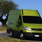 Imagen del Iveco Daily 35s Furgon Électrico aparcado en na carretera, color de carroceria verde