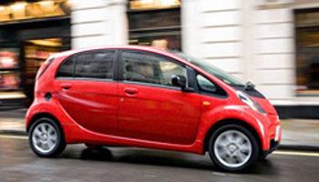 Imagen lateral del Mitsubishi i-MIEV, circulando por una calle.
