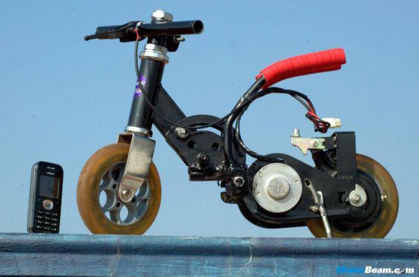 aquí podemos ver la moto eléctrica mas pequeña del mundo