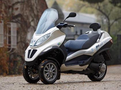 Imagen lateral del scooter híbrido de Piaggio