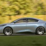 Reproducción por ordenador del Renault Fluence Zero Emission Concept, circulando por una via