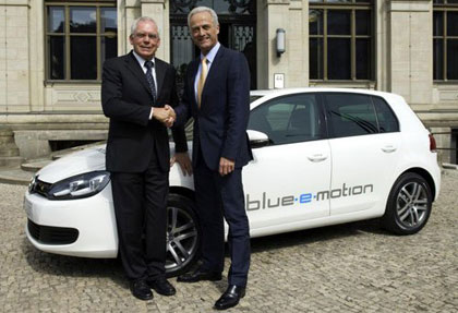 imagen del Volkswagen Golf Blue-e-motion color blanco en la presentación