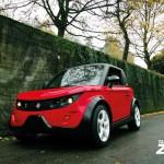 imagen frontal del Tazzari Zero de color rojo, en el exterior