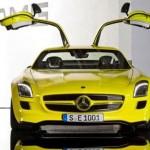 imagen frontal del Mercedes SLS AMG e-Cell con las puertas levantadas