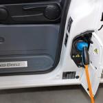 imagen de la Mercedes Vito eléctrica, recargando la batería de iones de litio