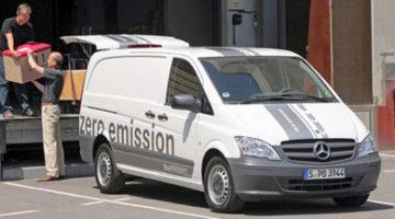 imagen de la furgoneta eléctrica Mercedes Vito E-CELL, cargando en un almacen