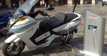 imagen de una moto electrica recargando su batería