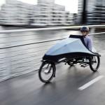 el triciclo eléctrico Klimax en circulación por una calle