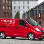 lado derecho de la Opel Vivaro e-Concept, con edificios de fondo
