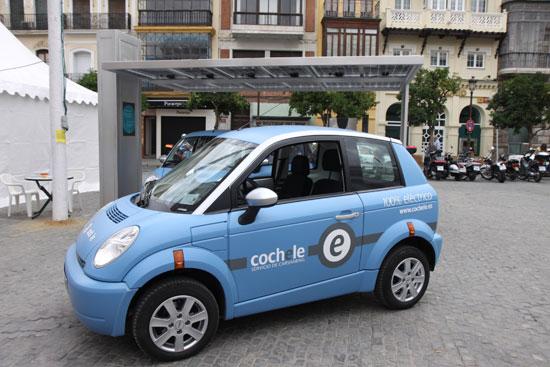 imagen de un think city con el logo del car-sharing Cochele Sevilla