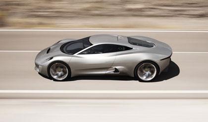 aqui vemos el Jaguar C-X75 circulando por una carretera