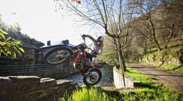 Adam Raga probando la moto eléctrica de trial Gas Gas TXT eTrail