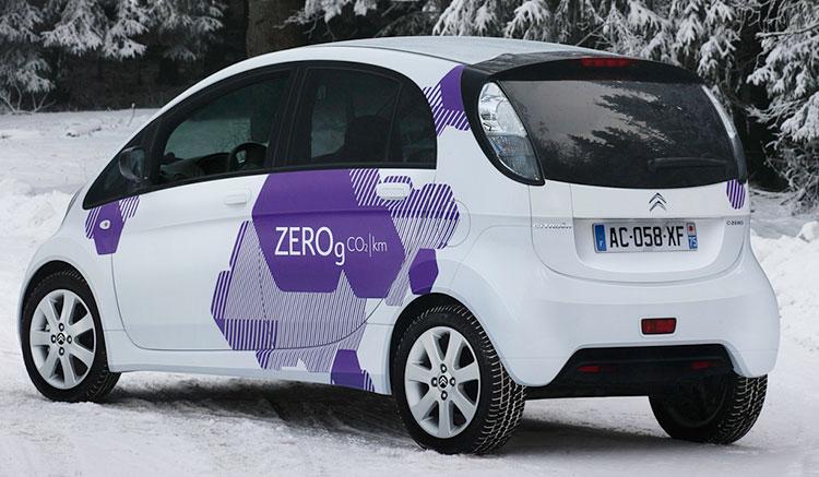 Imagen donde podemos apreciar el diseño de los pilotos y de toda la zona trasera del Citroën C-Zero.