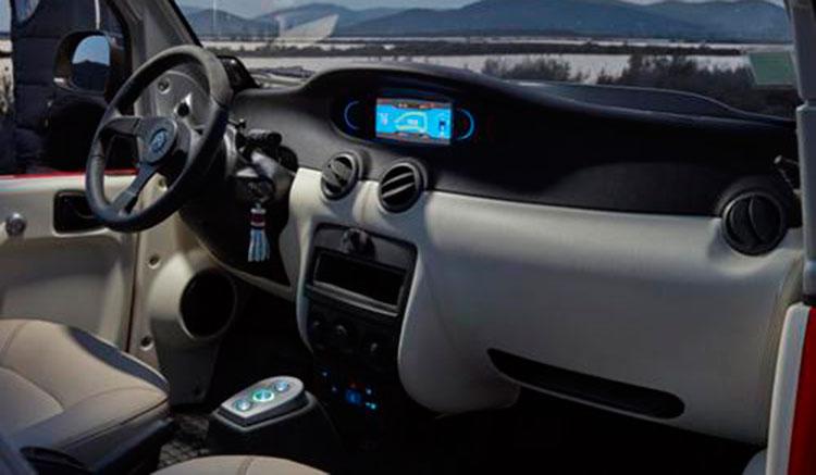 Imagen interior del Citroën E-Mehari, donde podemos apreciar su diseño interior y las disposición de los mandos.