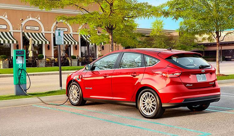 Imagen donde vemos un Ford Focus Electric recargando las baterías en un punto de recarga público.