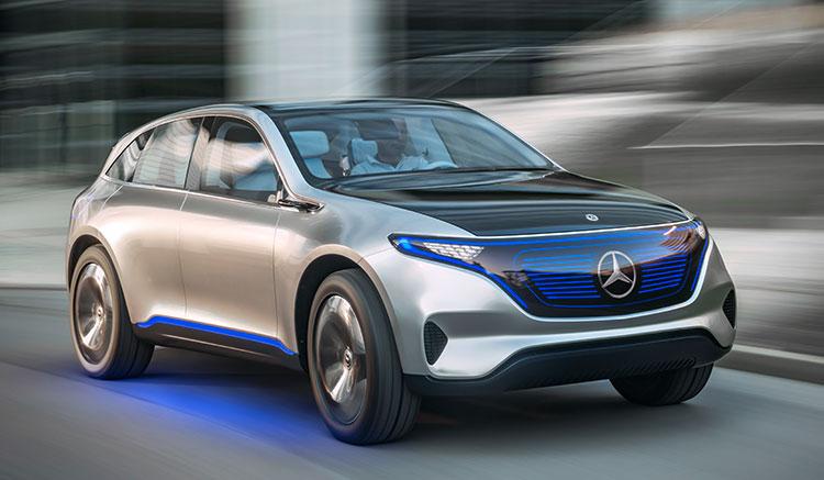 Imagen frontal donde vemos el prototipo de Mercedes-Benz EQ Generation circulando por carretera.