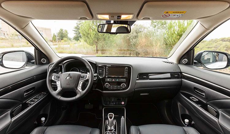 Imagen donde vemos la disposición y diseño del interior del habitáculo del Mitsubishi Outlander PHEV.