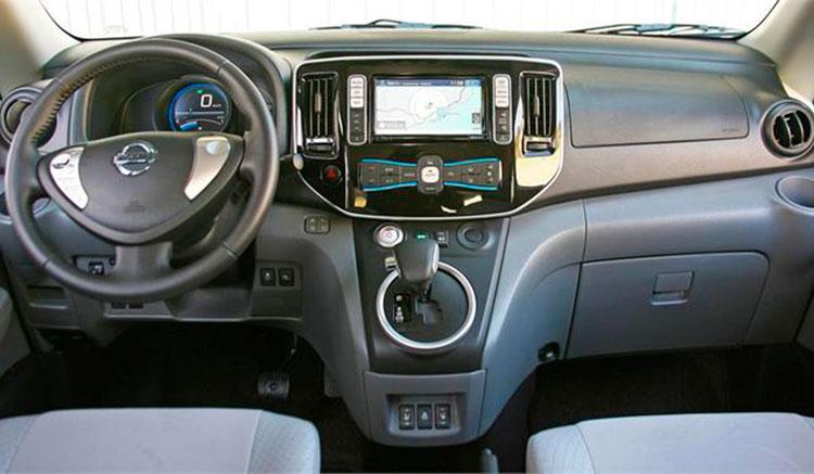 Imagen donde podemos ver el diseño y disposición de los diversos elementos del habitáculo de la Nissan e-NV200.