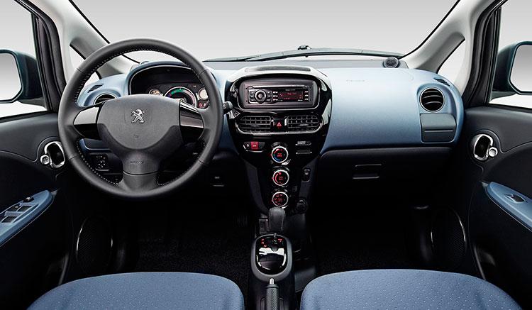 Imagen donde podemos ver el diseño y ubicaciones de los diversos elementos del interior del habitáculo de un Peugeot iOn.