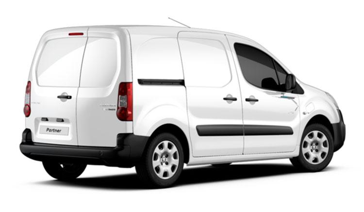Imagen de la zona trasera de la Peugeot Partner Electric, donde podemos ver las puertas traseras y la puerta corredera del lateral de esta furgoneta eléctrica.