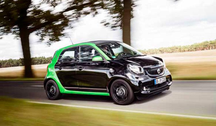 Imagen lateral donde vemos el coche eléctrico cuatro plazas de Smart, el ForFour.