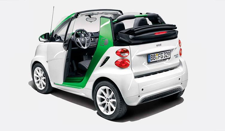 imagen trasera del Smart Fortwo Electric Drive versión cábrio, donde podemos ver el descapotable, los pilotos traseros y la forma trasera de este coche.