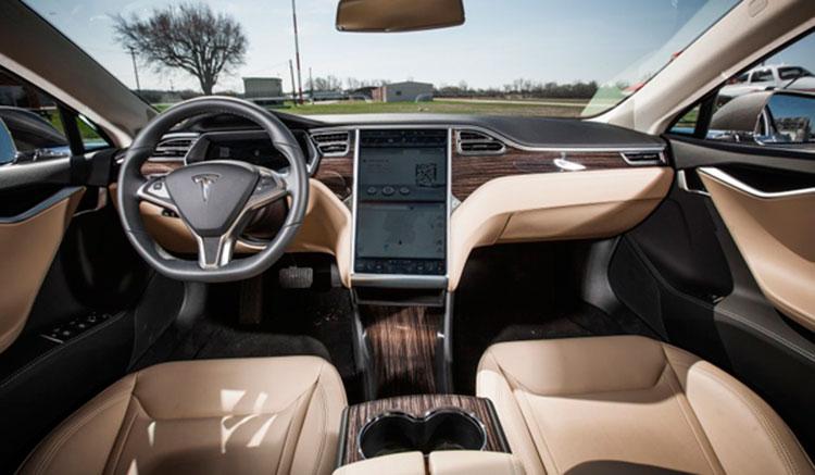Imagen donde podemos ver el interior del Tesla Model S, con su gran pantalla táctil, tapicerías de asientos y panel de mandos.