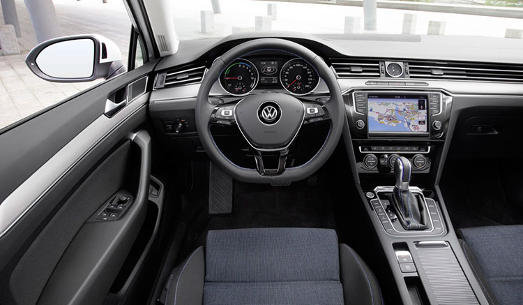 Imagen donde podemos apreciar el diseño y disposición de los mandos de control en el interior del habitáculo del híbrido Volkswagen Passat GTE.