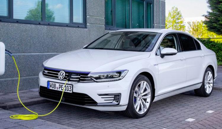 Imagen donde vemos al Volkswagen Passat GTE recargando las baterías en un punto de recarga, con la toma frontal de vehículo.