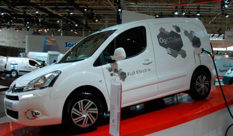 Imagen donde vemos una furgoneta eléctrica Citroën Berlingo Electric en una exposición, recargando sus baterías.