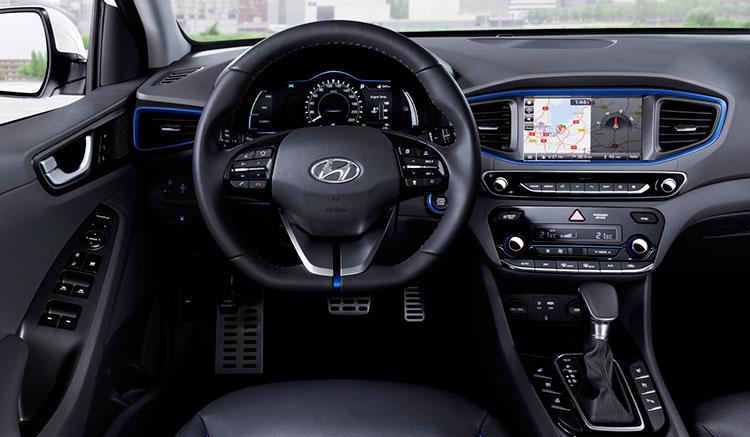 Imagen del interior del habitáculo del Hyundai Ioniq Electric, donde podemos ver el diseño de sus componentes y el panel de mandos del vehículo.