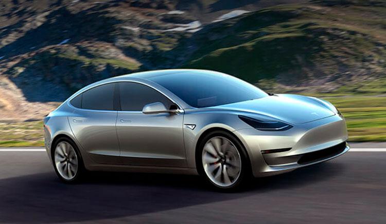Imagen donde podemos ver un Tesla Model 3 circulando por una carretera de curvas en una carretera de montaña.
