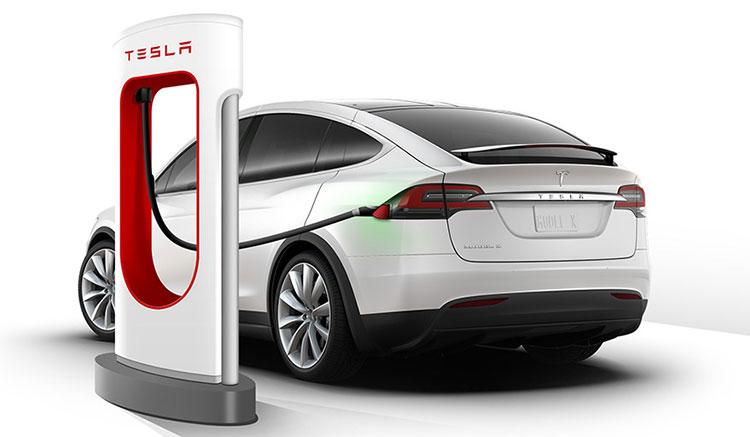 Render donde podemos ver a un Model X de Tesla recargando sus baterías en uno de los supercargadores de Tesla.