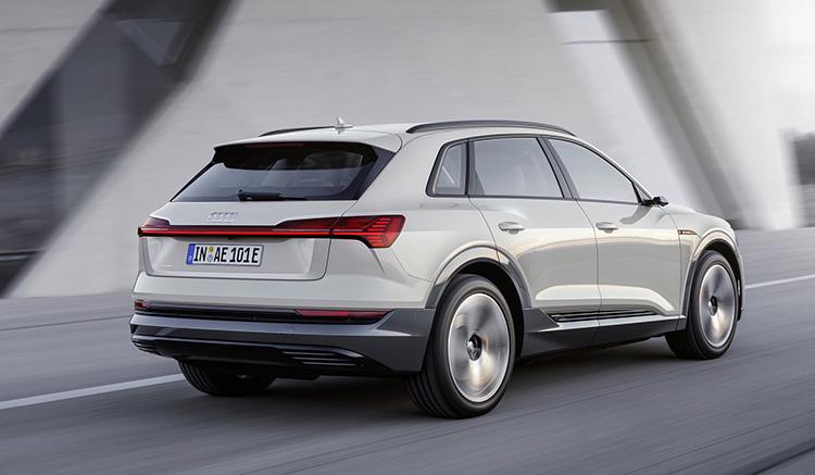 Imagen donde podemos apreciar el diseño de los elementos de la zona trasera del Audi e-tron, mientras circula por una carretera.