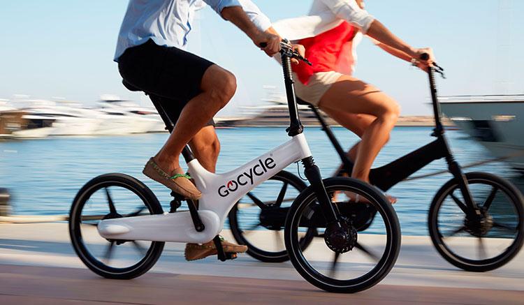 Imagen donde podemos ver dos Gocycle G3, una de color blanco y otra de color negro, circulando por un puerto recreativo.