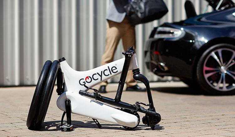 Imagen donde podemos ver la bicicleta eléctrica Gocycle G3 plegada, antes de meterla al maletero de un coche.