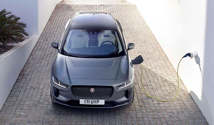 Imagen donde podemos ver un Jaguar i-Pace recargando las baterías en una toma de corriente doméstica.