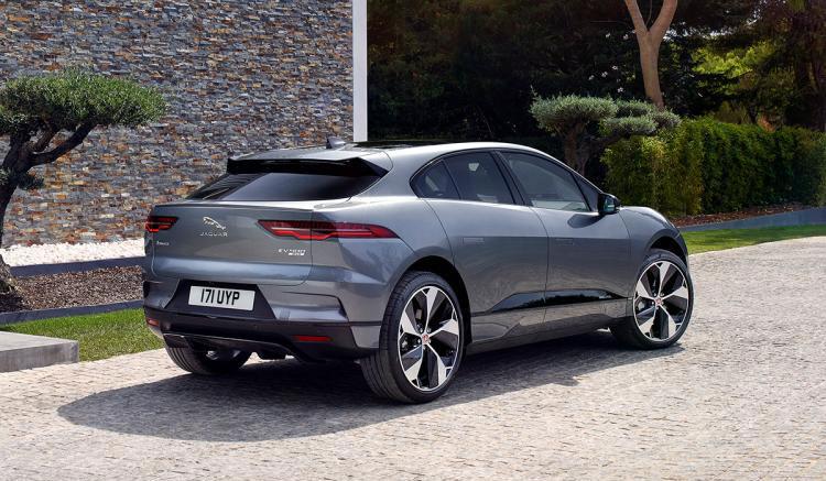 Imagen donde podemos apreciar los detalles de la zona trasera del SUV eléctrico de Jaguar, el i-Pace.