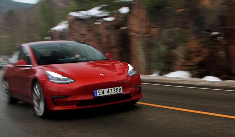 Tesla circulando por una carretera de Noruega