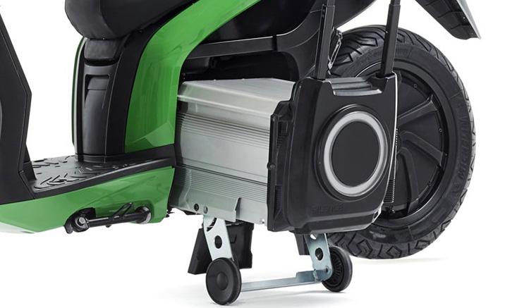 Imagen donde podemos ver cómo al extraer la batería, de la Silence S01, se despliegan unas ruedas para transportar la batería como si fuera un troley.