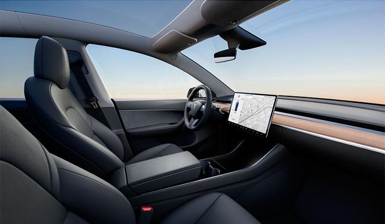 Imagen donde podemos apreciar el diseño minimalista del interior del habitáculo del Tesla Model Y, donde solo destaca su pantalla táctil.
