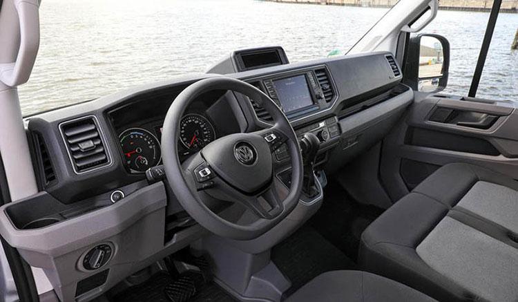 Imagen donde podemos apreciar en detalle los interiores de la furgoneta eléctrica de Volkswagen, la e-Crafter.