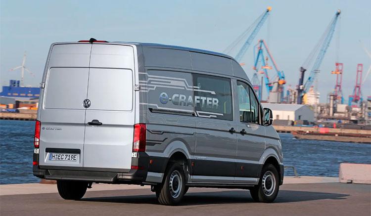 Imagen donde podemos apreciar los detalles de la zona trasera de la furgoneta eléctrica e-Crafter de Volkswagen, en una zona portuaria.