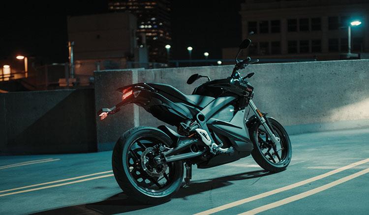 Imagen donde podemos apreciar el diseño de la zona trasera de la moto eléctrica Zero SR.